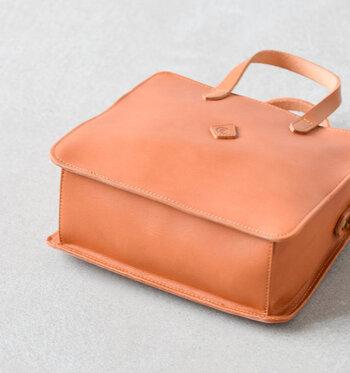 底の部分もオールレザーで作られています。バッグ全体に掛けられた丁寧なステッチが上質な雰囲気を醸していますね。
