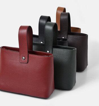 牛革で作られたワンハンドルのバッグは洗練された印象です。手に持つだけでいつもとは違ったコーディネートができそう。