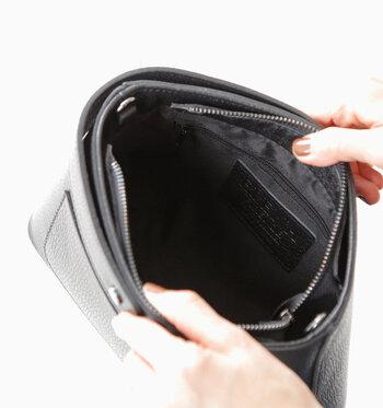 開閉部はファスナー付きです。内側にはファスナーポケットも付いていて、使いやすさも十分。底の外側には鋲が付いていて、ちょっとした汚れからバッグを守ってくれます。