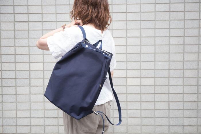 テントにも使われる丈夫な布で出来たバッグはなんと3way。シンプルな作りで多彩な使い方ができるように工夫されています。
