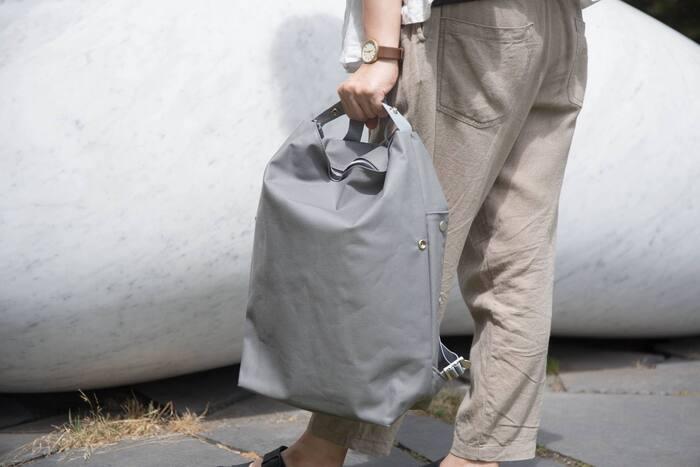 リュックサックとして使うほか、ハンドバッグ、横に掛けてショルダーバッグとしても使用可能です。開閉部はファスナーで、内側に小さなインナーポケットも付いています。