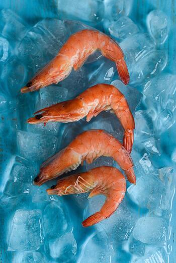 おすすめの解凍方法は「塩水解凍」。海水と同じくらいの塩分濃度の水(3%程度)に浸けることで、シーフードから水分が流出することを防ぎ、プリプリの食感に。シーフード本来のおいしさをキープすることができます。浸けておく時間は、常温で夏場は30分、冬場は1時間ほど。