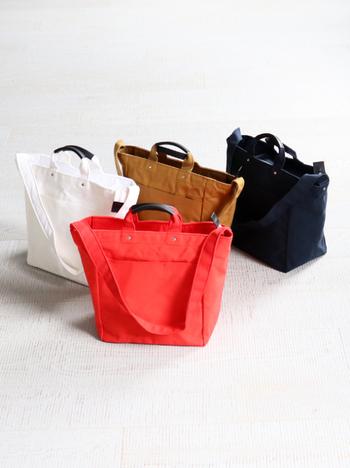 パラフィン加工されたキャンバス生地は丈夫で水にも強い頼れる素材。全て手作業でミシン掛けなどの工程がなされている日本製です。ハンドバッグとショルダーバッグの2通りで使うことができます。