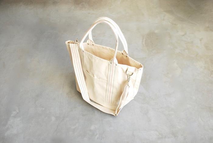 生成りのキャンバス生地が丈夫で頼もしい、メイドインUSAのトートバッグです。幅広のマチや大きな開口部で使いやすそう。