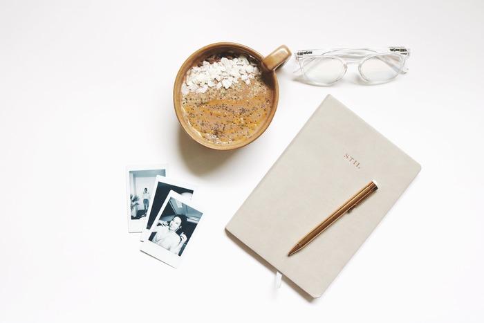 「ジャーナリング」とは、頭に浮かぶことを紙に書き出すという、ごくごくシンプルな方法です。難しいことは何一つなく、今すぐにでも始められます。今の状況をどうにかしたい、辛い気持ちから抜け出したい、自分のことをもっとよく知りたい! そんな方のために、「ジャーナリング」の基本から実践方法までをご紹介します。 「ジャーナリング」のテーマもいくつかご用意していますので、ぜひご参考になさってくださいね。