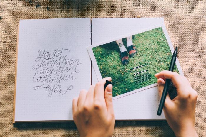 「ジャーナリング」の方法は、いたってシンプルです。紙とペンを用意して、手書きするだけ。大切なのは、頭であれこれ考えないことです。あるがままにあなたの思いを書き続け、内容の良し悪しはジャッジしません。誤字脱字や誰かに見られることを気にせず、書き続けることに集中します。