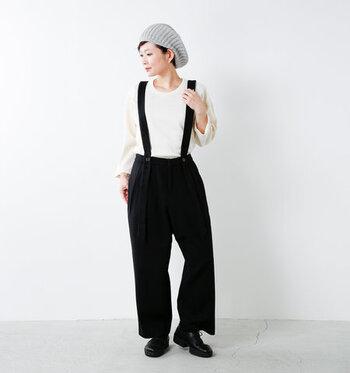 暖かいニットのベレー帽はボリューミーでくたっとしたシルエットが魅力。締め付け感が無いので、帽子が苦手な人にもおすすめです。 存在感があるので、服のシルエットはすっきりと。