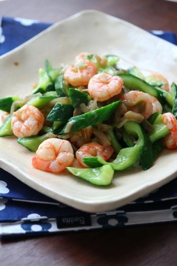 サラダや和え物など、生野菜として食べることが多いきゅうりだけど、中華料理では炒めて使うこともよくあります。エビ、きゅうり、ザーサイ、3種の具材のマリアージュ。風味も食感も豊かで美味しいですよ。