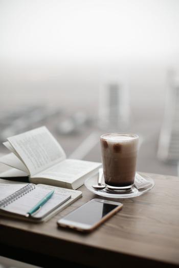 朝に「ジャーナリング」をすれば、スッキリとした気持ちで1日をスタートできます。夜寝る前に1日の振り返りをすれば、モヤモヤとした思いを引きずらずに翌日を迎えられるでしょう。