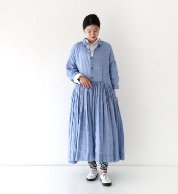綺麗なブルーのワンピースは、黒のアクセサリーで大人っぽく仕上げて。袖を少しまくって、ブレスレットを見せる着こなし方もいいですね。
