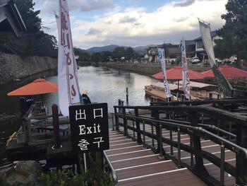 松江城を囲む堀川ですが、遊覧船に乗ってめぐることができるんです!遊覧船といっても小舟なので、風情たっぷり。