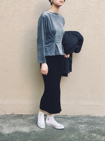ブルーグレーのベロアトップスに黒のタイトスカートを合わせた、クールで大人っぽい秋冬コーデ。白のコンバースで足元に明るさを加えています。