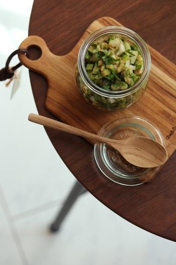 セロリの葉まで刻んで漬け込んだレシピは、醤油にごま油や鰹節の香りがなじんで、あと引く美味しさ。  納豆に混ぜたり、冷やっこにのせたりと、いつもの味に美味しい変化を加えることができます。