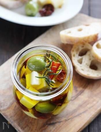 プロセスチーズとオリーブを、ハーブと一緒にオイルに漬けるだけ。3日ほど漬けると、チーズの風味がよくなり食べごろになります。  パンなどに添えて。来客のときのおもてなしにもぴったり。 残ったオイルは、パスタなどに使えます。