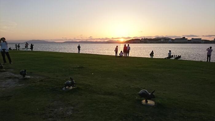 ちなみに島根県立美術館は宍道湖に面しているので、宍道湖の美しい景色を眺めることができます。  例えば旅行帰りの夕方、松江駅を利用して帰路につくという方は、宍道湖の美しい夕日を眺めるチャンスですよ!恋人、家族・子供との記念撮影スポットとしてもおすすめです。