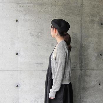 グレーと黒でシンプルにまとめたコーディネートは、ベレーも黒で揃えてシックに。 こちらはリネン素材を用いたベレー帽なので、通気性がよく春夏にも爽やかにお使いいただけます。