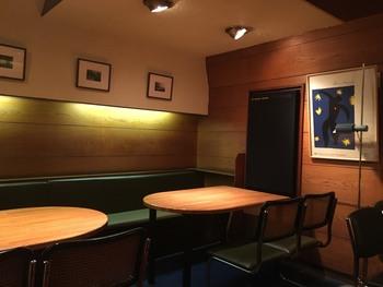 JR四ツ谷駅から徒歩3分。開店から午後6時までは静かに音楽に耳を傾けるジャズ喫茶、そして6時以降はアルコールを飲みながらジャズを楽しむジャズバーに変身するというこちらのお店。昭和レトロな味わい深さを堪能することができます。