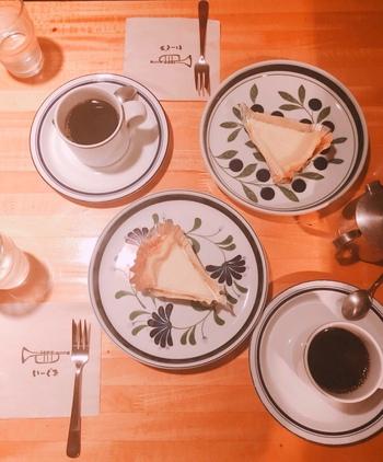 それぞれのお客様がじっくりと音楽に身をゆだね、ゆったりとしたひと時を過ごしています。自家製のチーズケーキやキッシュなどが人気。エスプレッソ用の豆をドリップするという独特なコーヒーも一度は味わいたい逸品です。