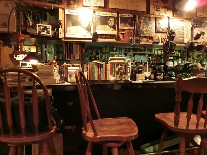 都営地下鉄白山駅から徒歩1分という絶好の立地にあるこちらのジャズ喫茶は、所せましと古い映画機材や書籍などが並べられた緩やかな雑然さがたまらない雰囲気の良いお店です。やわらかく広がる音楽が心に染みわたります。