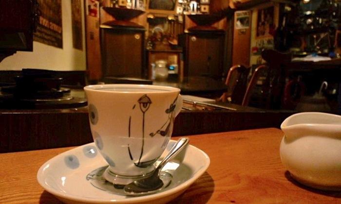 可愛らしいカップに注がれるコーヒーは香り高く、豊かなジャズの音にぴったりです。マスターの「いい音」へのこだわりを感じられる素敵なお店です。