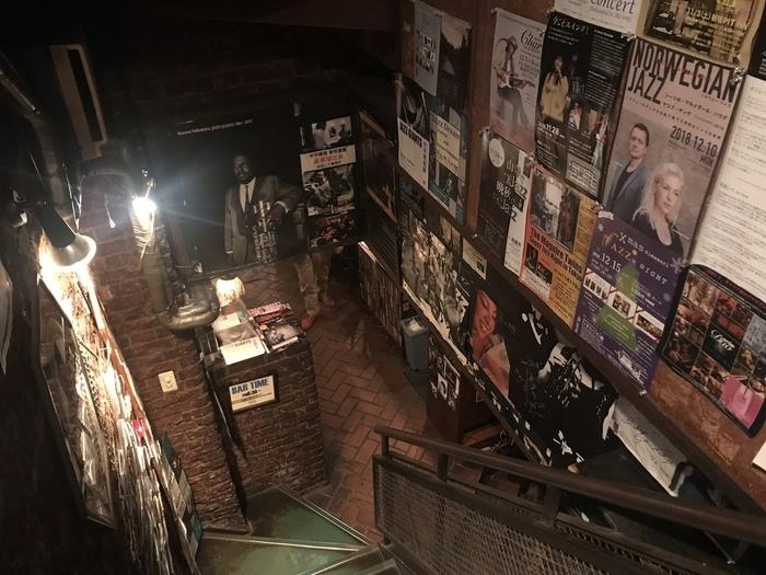 JR新宿駅から徒歩6分ほどの距離にあるこちらのお店は、和田誠さんがお店のロゴを作ったことでも有名なお店。村上春樹さんの小説にも登場するというジャズ喫茶で、ジャズを愛してやまないオーナーのこだわりがつまっています。