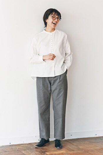 白のブラウスに、グレーのワイドパンツを合わせた着こなしです。マニッシュな黒シューズをプラスして、ちょっぴりメンズライクなコーディネートに。パンツの生地感を変えれば、きちんとにもカジュアルにも対応できるスタイリングです。