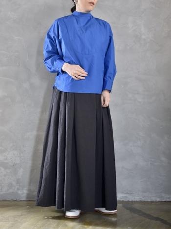 ブルーのブラウスに、黒のフレアスカートを合わせたコーディネート。カラーのはっきりとしたブラウスは、黒やデニムなど何を合わせて馴染むボトムスを合わせるのがおすすめです。