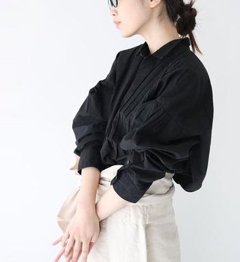 長袖のブラウスは、これからの季節に欠かせない着回しアイテムの一つ。一枚持っていると様々なテイストで着回せて、合わせるボトムスを選ばないのが大きな魅力です。  今回はそんな長袖ブラウスを取り入れた素敵な大人女子コーデを、カラー別にご紹介していきますよ。