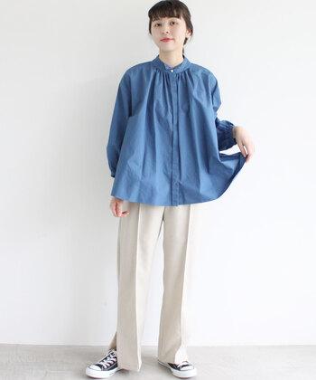 ブルーのブラウスに、白のワイドパンツを合わせた爽やかカラーのスタイリングです。センタープレス入りのパンツできちんと感を演出しつつ、足元はスニーカーで上手にカジュアルダウンしているのがポイント♪