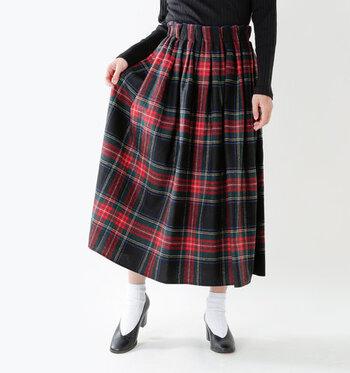足首より少し上の丈で、大人っぽく着こなせるチェック柄のロングスカートです。ウエストはゴムで着用しやすく、タックインも簡単にキマります。さりげなく広がるAラインシルエットが、上品な印象に。