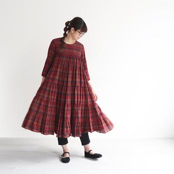 インド綿製のマドラスチェック柄ワンピース。ふわっと広がるフレアシルエットが、カジュアルな女性らしさを演出してくれます。袖丈が少し短めになっているので、羽織りをプラスしたコーディネートにもおすすめです。