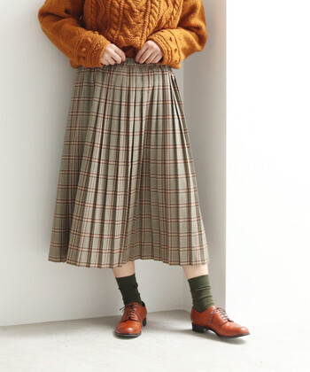 チェック柄のプリーツスカートは、サラリとした着心地でオールシーズン使える着回し力抜群なアイテム。Tシャツを合わせてカジュアルに、ブラウスを合わせて上品にと、一枚持っているだけでコーデの幅がグッと広がります。