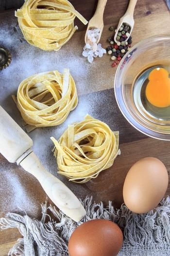 平打ちのパスタはさらに濃厚なソースと相性が良く、幅が4mm程度の「タリアテッレ」はクリームやチーズソースに良く合います。最も幅広なパスタが「ラザニア」です。ひき肉ソースに合わせてグラタンにするととってもおいしいですよね。