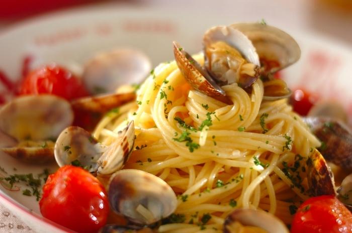 シンプルなペペロンチーノにあさりの旨味をプラスしてさらに奥深い味わいの「ボンゴレビアンコ」。アサリを蒸した後一度取り出すことで身がプリプリのまま食卓に提供できます。パセリをふりかけて召し上がれ。
