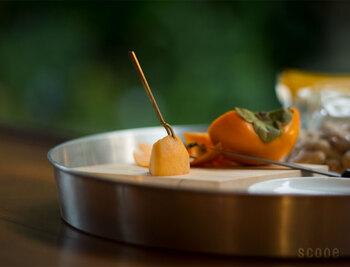 真鍮(しんちゅう)でできたフォークは、ドライフルーツやピンチョス、チーズを食べるときにぴったりです。箸やいつものフォークより、絵になる美しさ。色合いの経年変化も楽しめます。