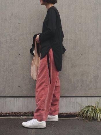 濃いめのレッド系のくすみカラーのパンツを黒のトップスと合わせた大人っぽいスタイル。ゆったりしたコーデも引き締まって見えますね。