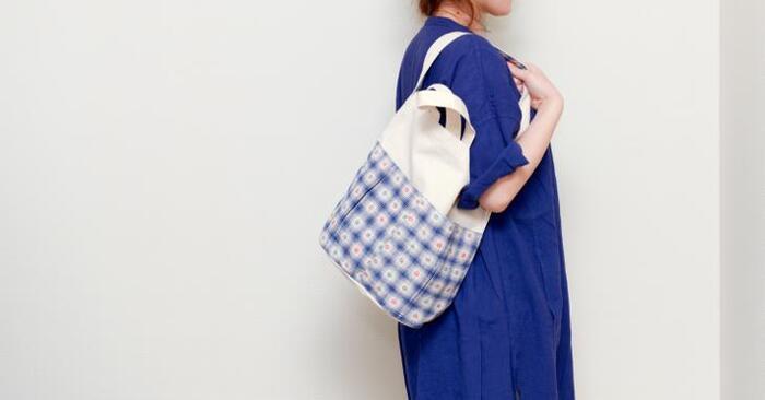 土布とは中国で作られている手織りの布のことです。倉敷帆布と組み合わせてオリジナルのトートバッグになっています。丸みのある形がコロンとしていてかわいらしい。肩から掛けても短めで、バランスが取りやすいです。
