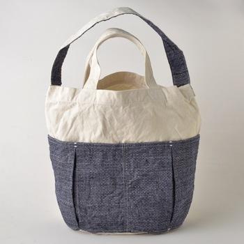 マチ付きのポケットが2つ付いていて、荷物の整理にも便利です。布の柄はストライプや格子など色々あるから、お好みの柄を探してみて。