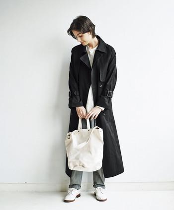 きちんと感のある黒のトレンチコートに、カジュアルなキャンバストートバッグをプラス。パンツスタイルでクールにまとめているからこそ、あえてトートとバッグとスニーカーでカジュアルダウンすることで抜け感のあるおしゃれなスタイリングに。