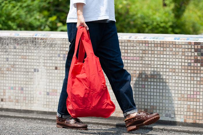 トートバッグとして持てば、お買い物のお供やちょっとしたお出かけに丁度いいサイズとカジュアルさ。肩からも掛けられる長さだから、ちょっと重たい荷物でもOKです。