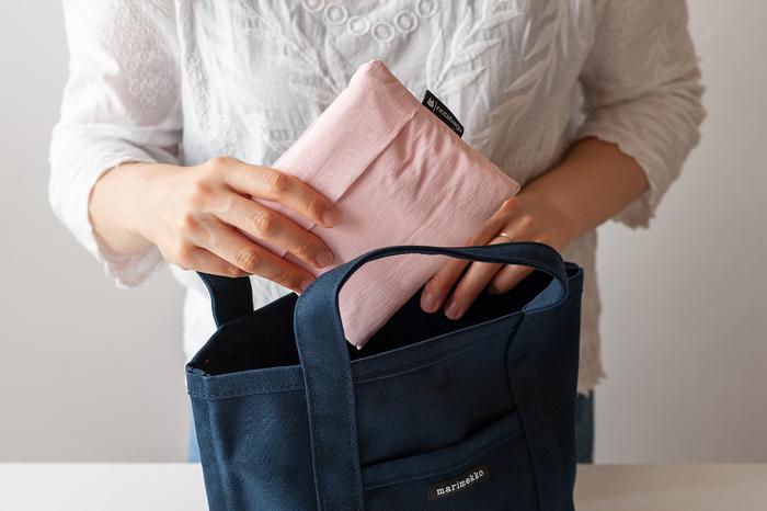 折り畳むとスッキリとコンパクトにしまえちゃいます。エコバッグとしてバッグに忍ばせたり、旅行先でのバッグにしたりしても良さそうです。