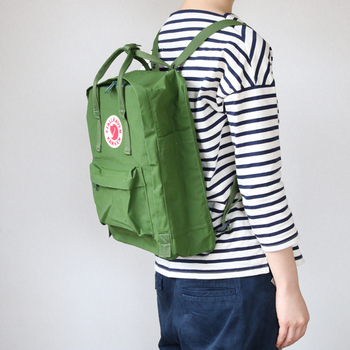 ビニロンで出来たバッグは丈夫でコットンに近い肌触り。耐久性や撥水効果がある素材です。四角いフォルムが可愛らしく、男女を問わず使えるデザイン。