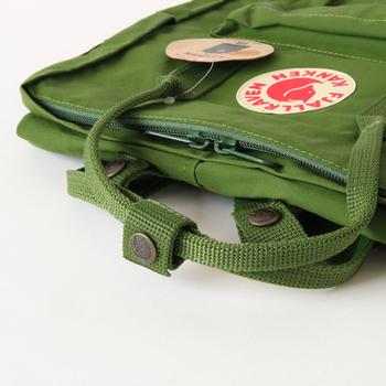 取っ手は丸みを持って作られ、ひとまとめに出来るようになっています。スクールバッグとしてデザインされただけあって、使いやすく丈夫に出来ています。