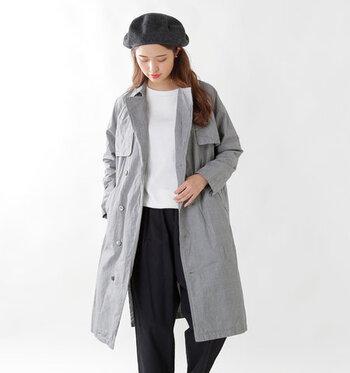 「トレンチコートを着る時期はいつから?」と迷ったら、春・秋ともに最高気温15度を下回った頃を目安にするのがおすすめです。これくらいの気温だとトレンチコートで軽く防寒ができ、ライナーのつけ外しで温度を調節することも可能。  10度を下回ると厚手のコートが必要になる時期なので、トレンチコートの出番は少なくなります。「秋はいつまで着られる?」と迷ったら、この気温を目安にしてみてください。