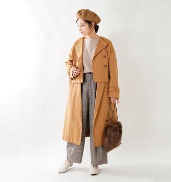 キャメルカラーのトレンチコートに、ベージュ系のトップスとチェック柄のワイドパンツを合わせたスタイリングです。季節感たっぷりなカラーリングに、ベレー帽とファーバッグでさらに秋冬感をプラスしているのがポイント♪