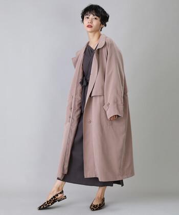 くすみカラーが大人っぽさを感じさせる、ピンクのトレンチコート。パープル系のワンピースを合わせて、フェミニンな秋コーデに仕上げています。足元のレオパード柄シューズが、同系色コーデの程よいアクセントに。