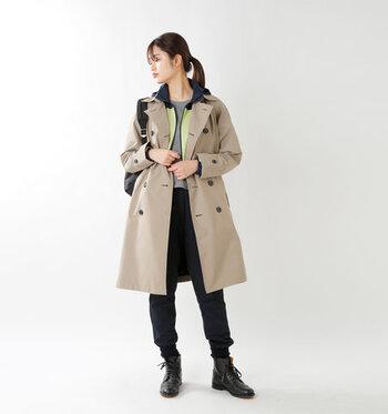 ベージュのベーシックなトレンチコートに、黒のショートブーツとリュックを合わせて、メンズライクな着こなしに。トレンチの中にスポーティーなライトアウターを合わせて、スタイリッシュな雰囲気を保ちつつ暖かさをプラス。
