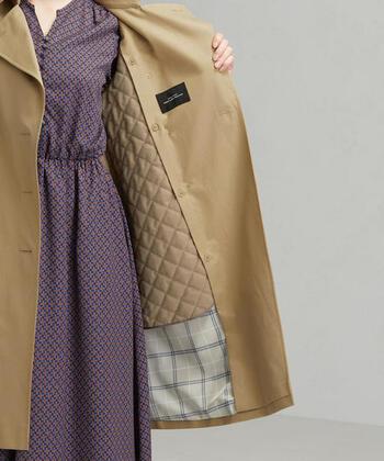 これからトレンチコートを買うなら、ライナー付きの秋トレンチコートを選ぶのがおすすめです。ライナーとは付け外しができるインナーアイテムで、温度調節に大活躍してくれます。  ライナーを外せば暖かい時期もトレンチコートを着まわしやすいので、春秋兼用で使えるトレンチコートを探している方は、ライナーの素材や厚みもしっかりチェックしましょう。