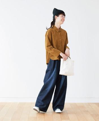 鮮やかなブラウンシャツが、濃いめデニムパンツに良く映えています。シャツもパンツもゆったりサイズでラフに着こなしながらも、ボタンをきっちり締めることでだらっとし過ぎず大人っぽくまとめています。