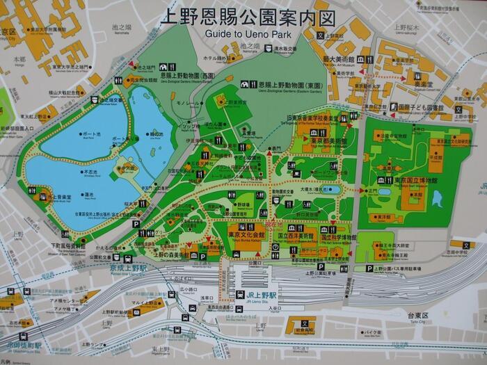 【公園内案内図下部(東方向)に「JR上野駅」。公園中央とJR上野駅の間に上野の森美術館・東京文化会館・国立西洋美術館・国立科学博物館の人気施設が建ち並んでいる。右側(北方向)が「東京国立博物館(東博)」。今記事で紹介するのは、画面上部(北西方向)から左側(南方向)にかけてのエリア。】